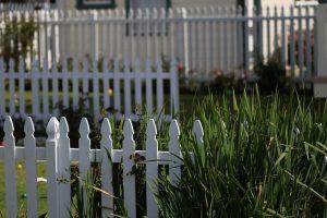כיצד התקנת גדר עץ יכולה לתקן ליקויים