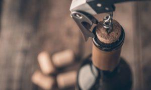 אילו גורמים יכולים להרוס בקבוק יין ככל שהוא מזדקן?